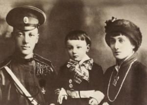 Фото: А. Ахматова, Н. Гумилёв, Л. Гумилев. 1915 г.