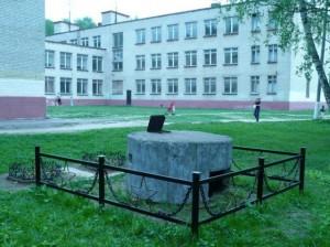 Противоосколочный пулемётный колпак ЖБОТ у лобненской школы №4