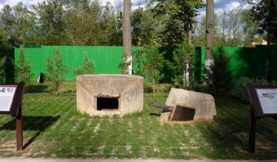 Фрагмент воинского мемориала у братского захоронения на ул. Комиссара Агапова (слева и справа видны информационные стенды, рассказывающие об элементах мемориала)