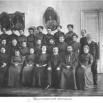 Константин Петрович – рядом с Батюшкой, на первом ряду