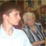 Г. Крохин и О.Е. Борисова внимательно слушают музыку молодых исполнителей