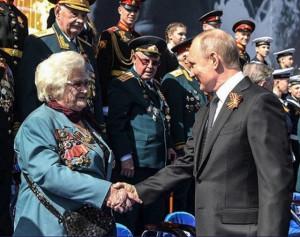 В.В.Путин поднял упавшую медаль и поздравил Г.П. Брок-Бельцову с Днём Победы