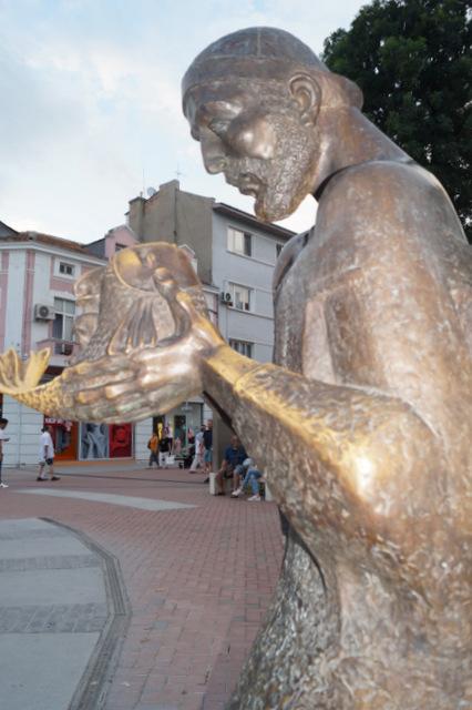 Скульптура рыбака дяди Янни, героя народного эпоса в центре Варны