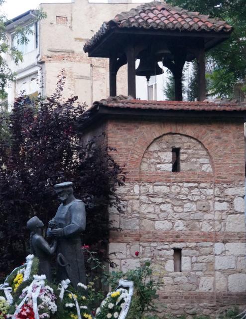 Скульптура посвящённая освобождению Варны  от турецкого владычества - девочка вручает цветы русскому солдату-освободителю