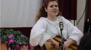 Поёт и играет на гуслях Серафима Мельникова - студентка музыкального училища им. Гнесиных