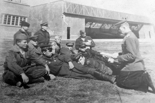 Н.П. Николенко в первом ряду второй слева, после Ясской боевой операции 1944г.