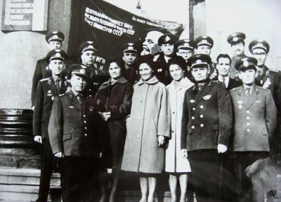 1967 год, вручение училищу Знамени Верховного совета СССР, слева среди женщин стоит Г.П. Бельцова, в первом ряду слева стоит Начальник училища генерал-майор Авиации Г.С. Бельцов