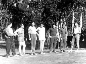 В центре капитан команды училища по волейболу Г.С. Бельцов