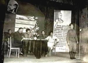 На сцене за столом офицерского клуба второй слева Г.С. Бельцов, крайняя справа его жена Г.П. Бельцова