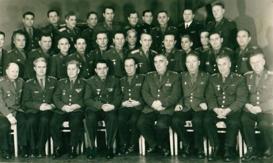 В первом ряду четвёртый слева сидит Начальник ЧВВАКУШ генерал майор Авиации Г.С. Бельцов перед убытием в Свердловск