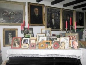 Фото самых дорогих людей на рояле в гостиной. Их очень много...