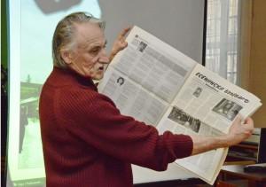 В.М. Кузнецов в библиотеке г. Люберцы знакомит слушателей с болгарской газетой «Есенинский бульвар»